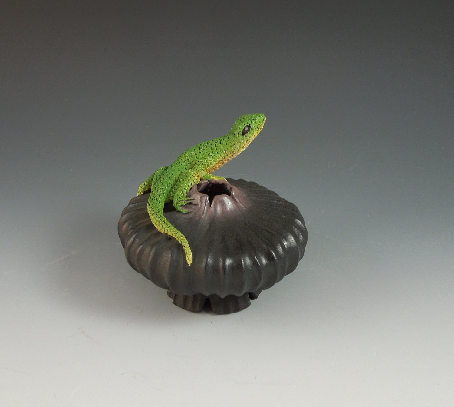 Image of Lizard on Fluted Bowl