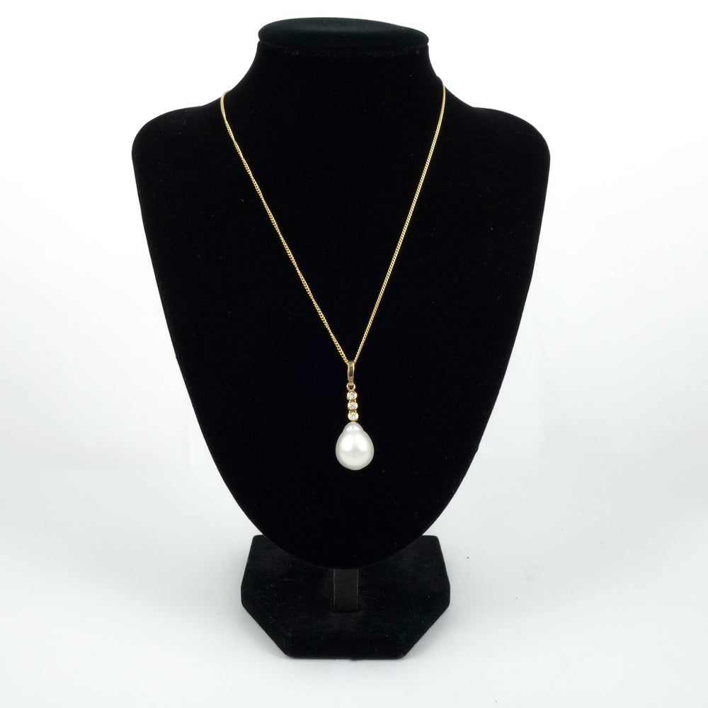 Image of 18ct yellow gold diamond and pearl pendant with chain
