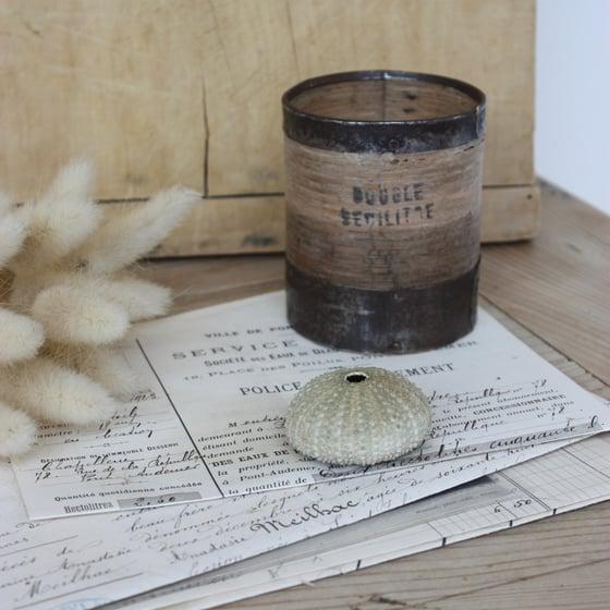 Image of Petite mesure ancienne en bois et fer. Double décilitre.