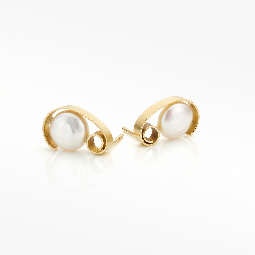 Image of oorringen in geel goud met witte parels  / 'Pearl' earrings in gold
