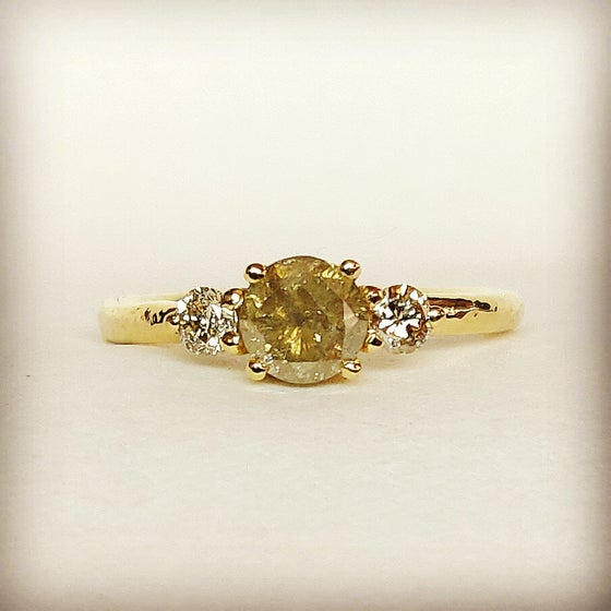 Beeld van Yellowish diamond