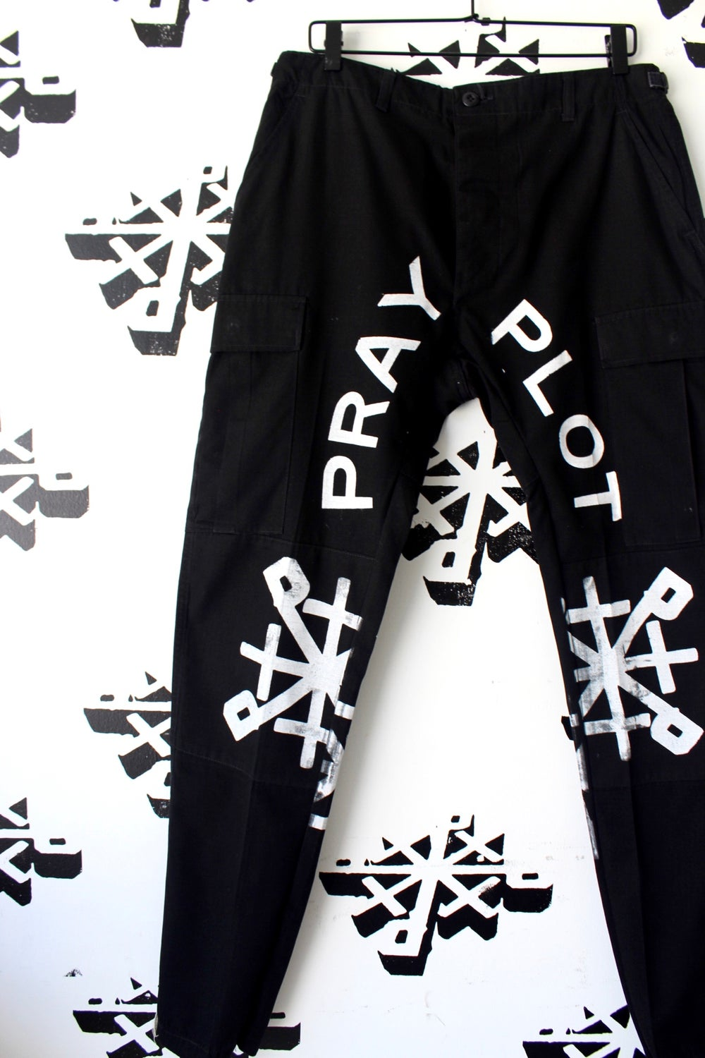 steppers cargo pants in Blk/wht