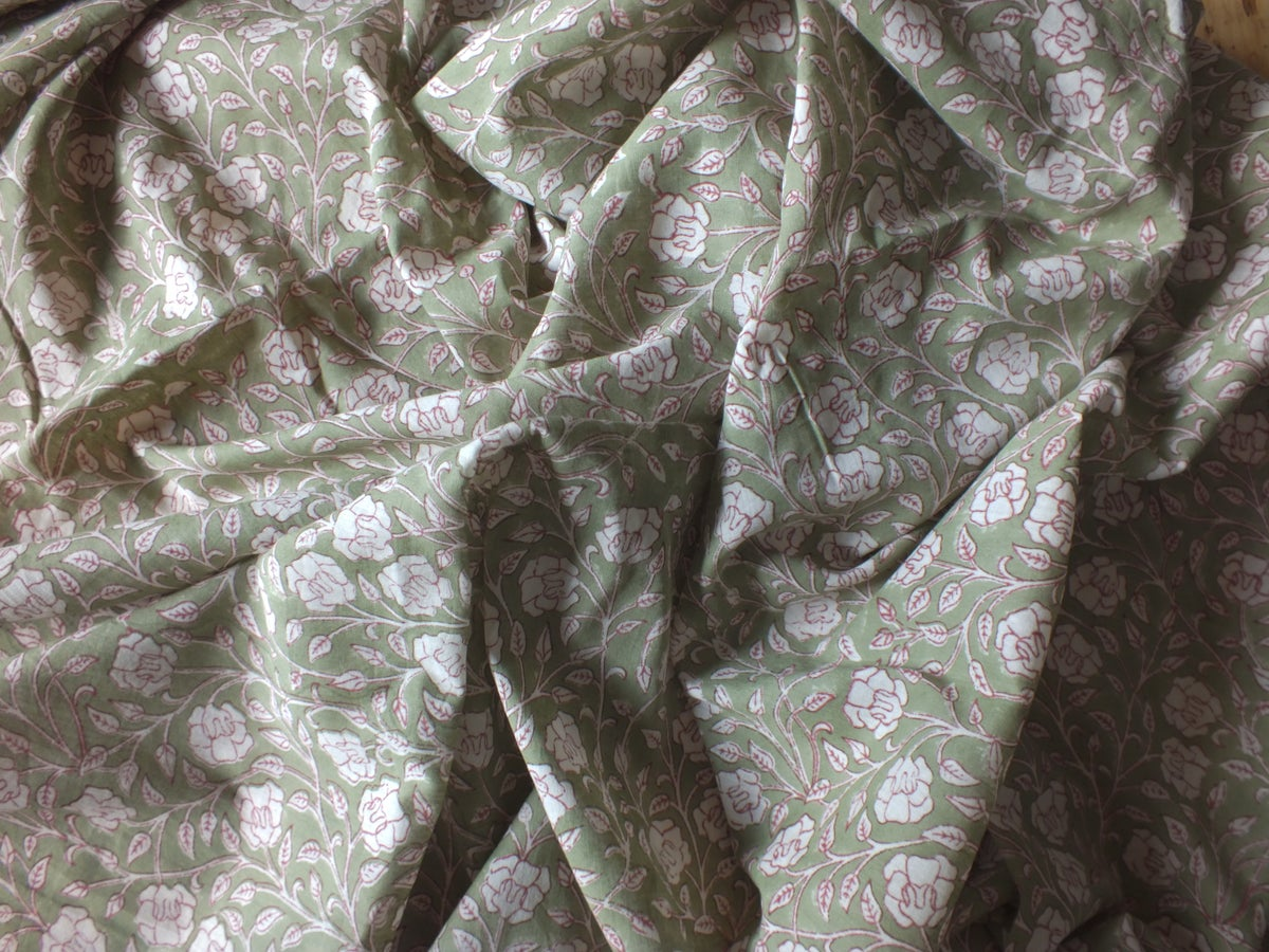 Image of Namasté fabric rosiers blancs fond vert