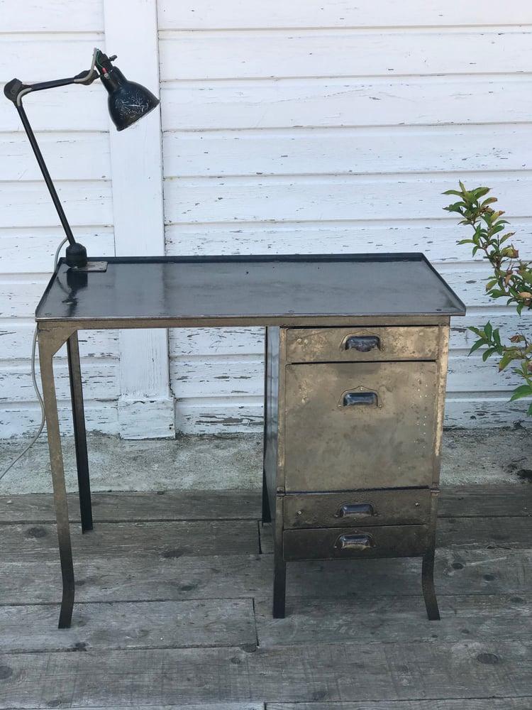 Image of Petit bureau d'atelier en métal brossé et verni, années 60