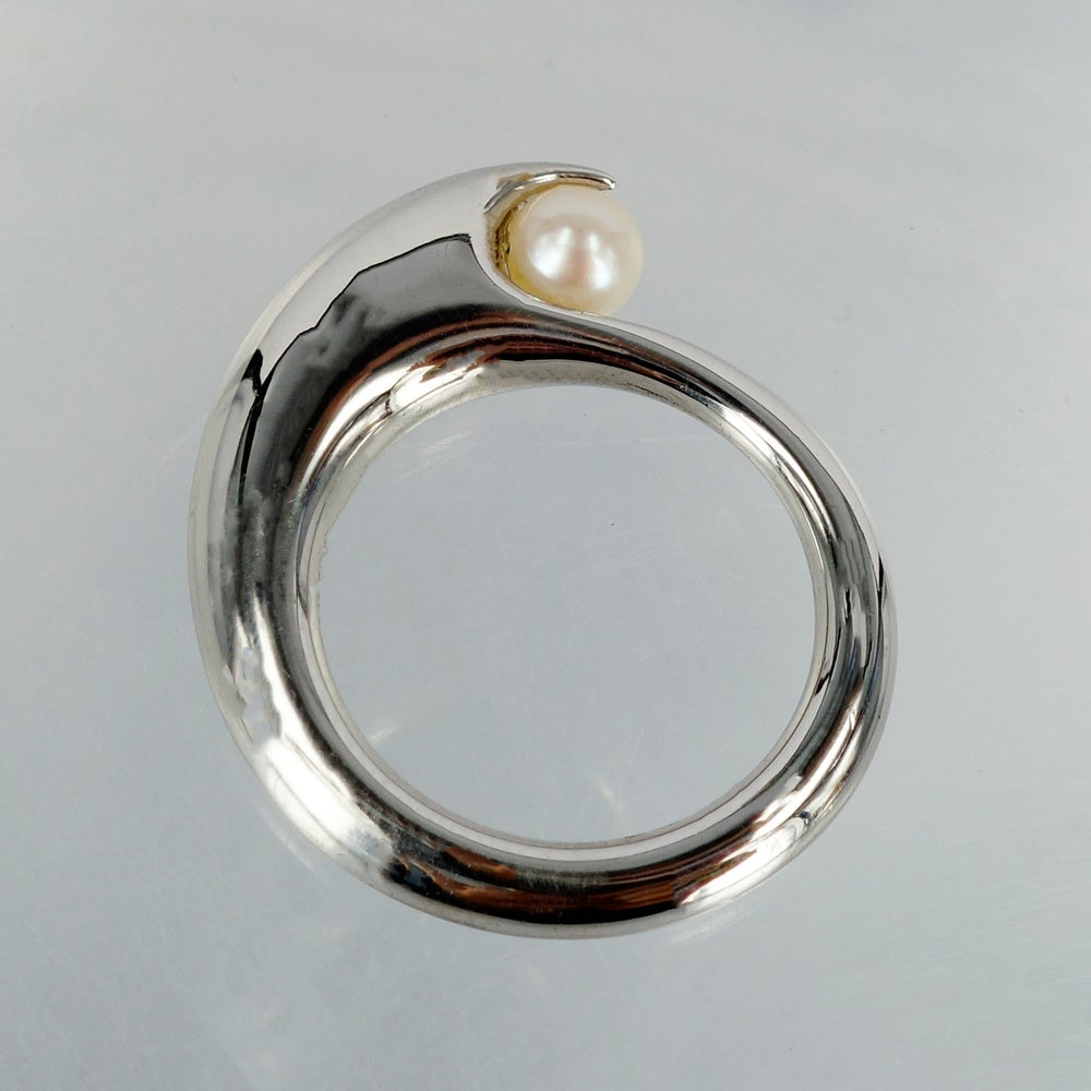 Image of Sterling silver wave ring with freshwater pearl