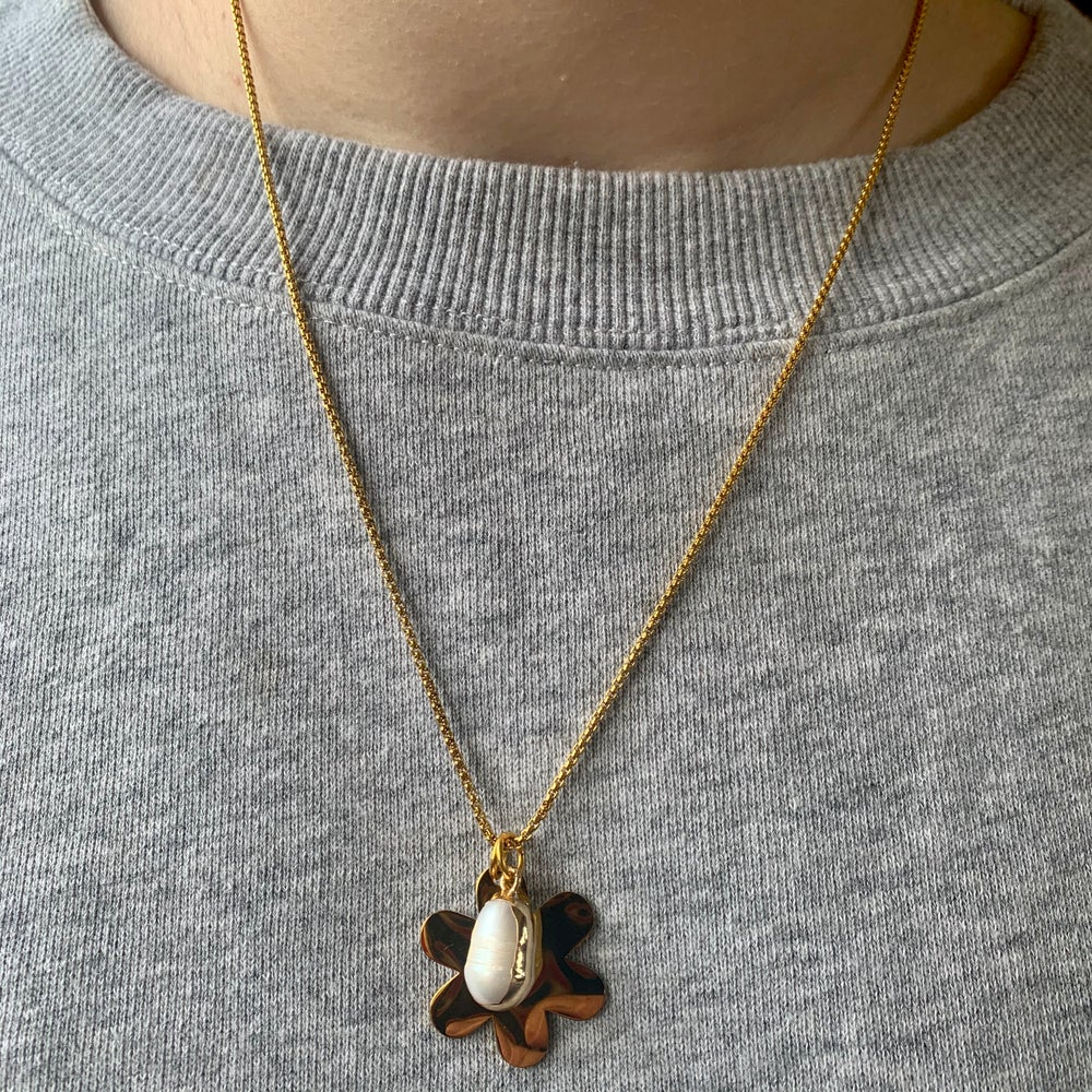 Image of Flower and pearl fine chain - gold