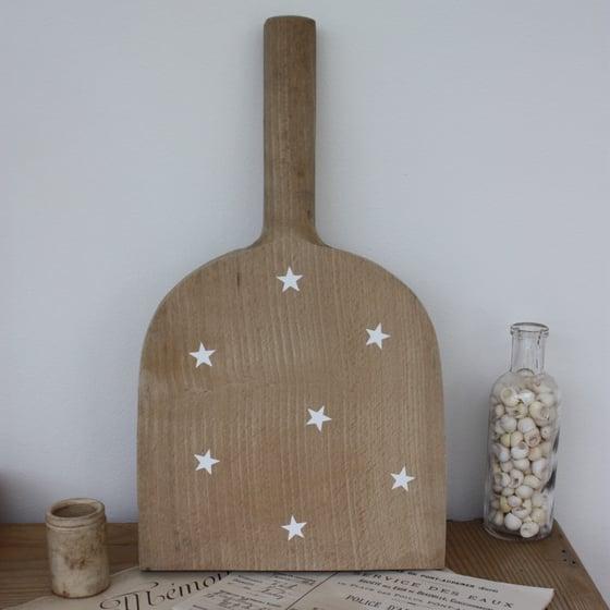 Image of Ancien battoir à linge en bois étoilé.