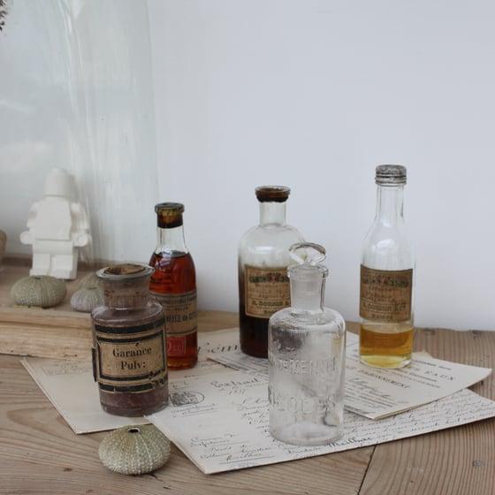 Image of Petits flacons de pharmacie anciens.