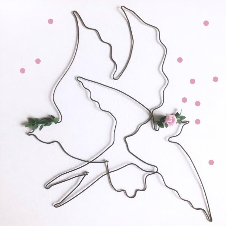Image of Hirondelle et colombe couronnées - fil de fer noir -  à partir de