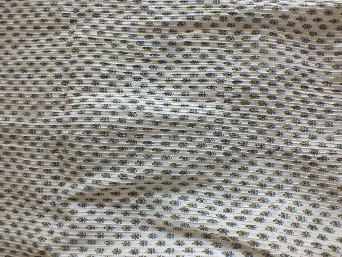 Image of Namasté fabric tissu surpiqué plissé fond blanc petites fleurs bleues et vertes
