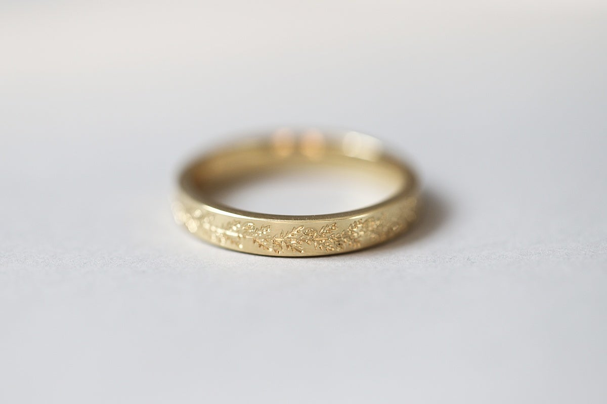 Image of 18ct gold, 3mm flat court 'fir engraved' ring