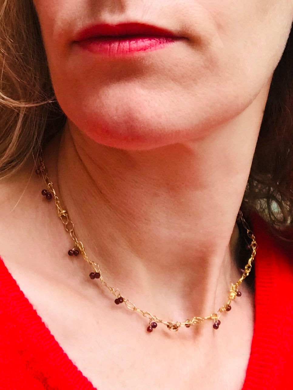 Image of 'Intertwined' ketting in goud en granaat / necklace in 24 kt gold and garnets