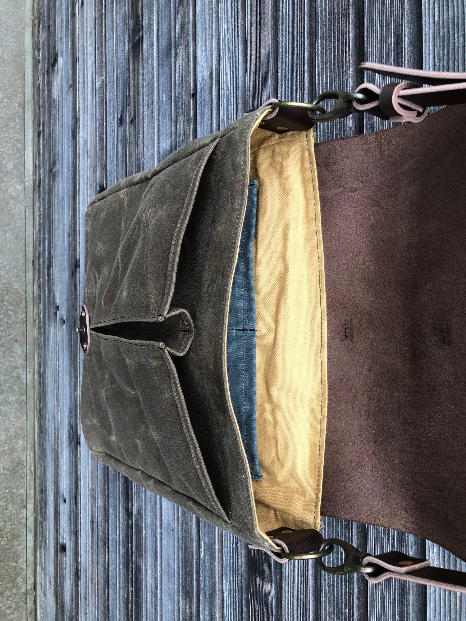 Image of Messenger bag in waxed canvas with leather closing flap and adjustable shoulderstrap UNISEX