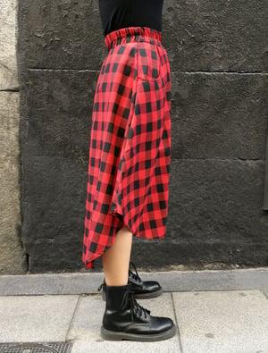 Image of Falda vuelo con bolsillos negra y roja