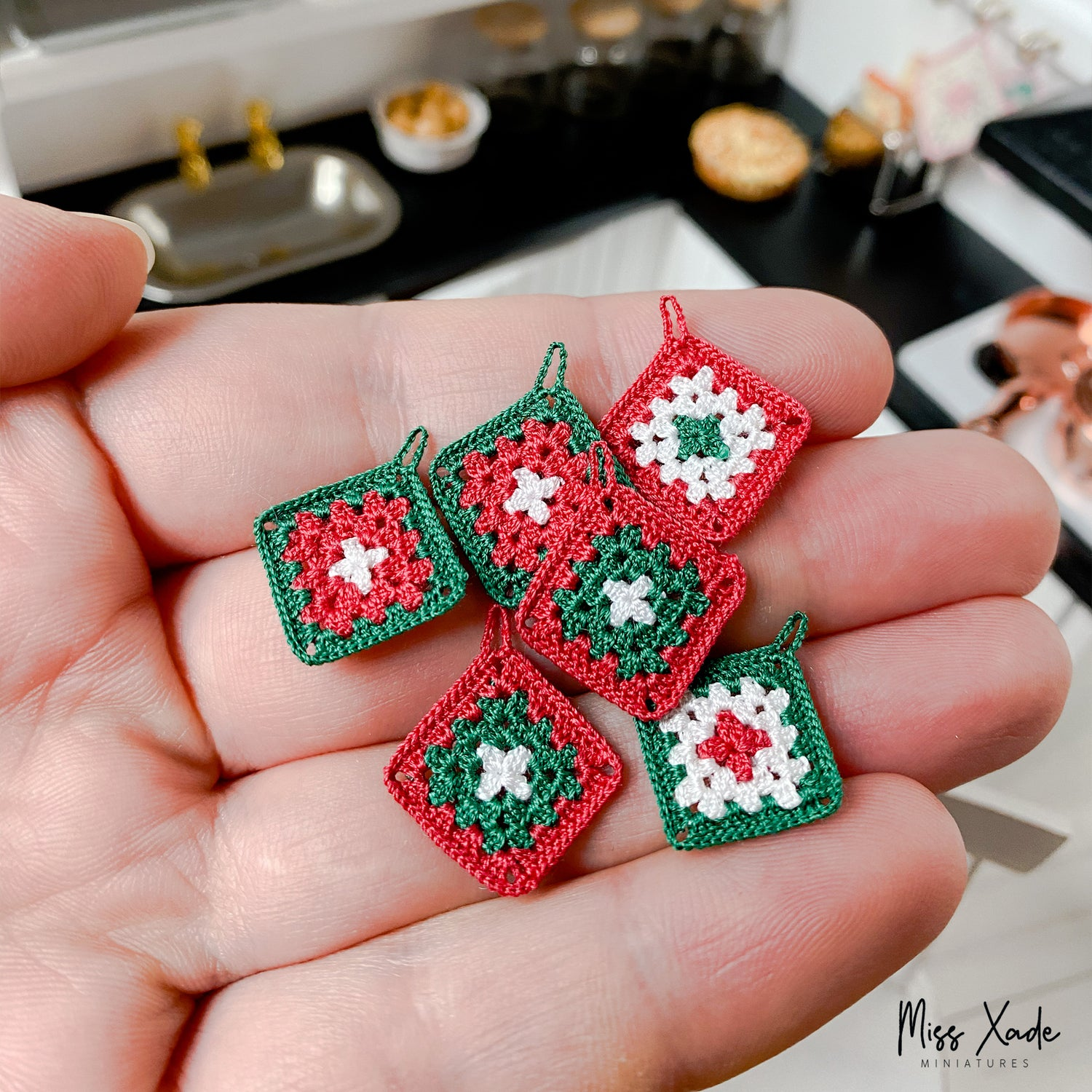 Christmas Granny Potholder in 1:12 scale (1 piece)