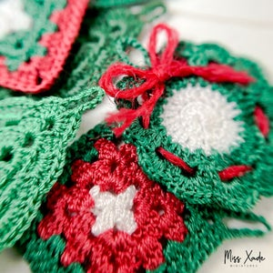 Christmas Wreath Potholder in 1:12 scale (1 piece)