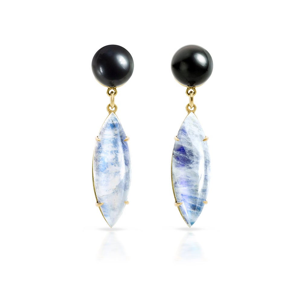Image of 'Coup de cœur' earrings  tahitian pearls and moonstones - oorjuwelen tahiti parels en maanstenen