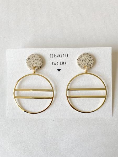 Image of Paire de boucles d'oreilles céramique et plaqué or Créoles barrées