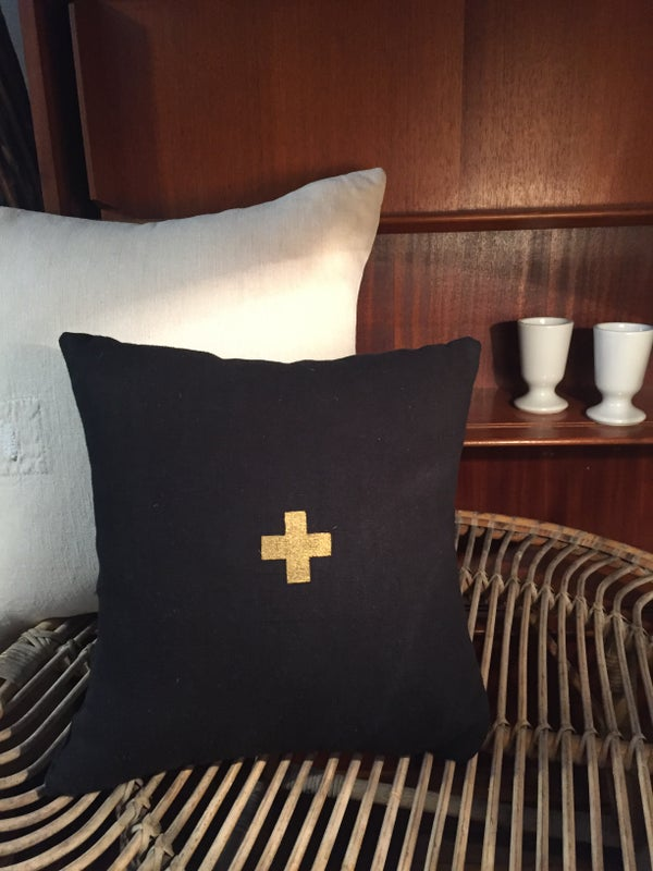 Image of Coussin noir croix dorée