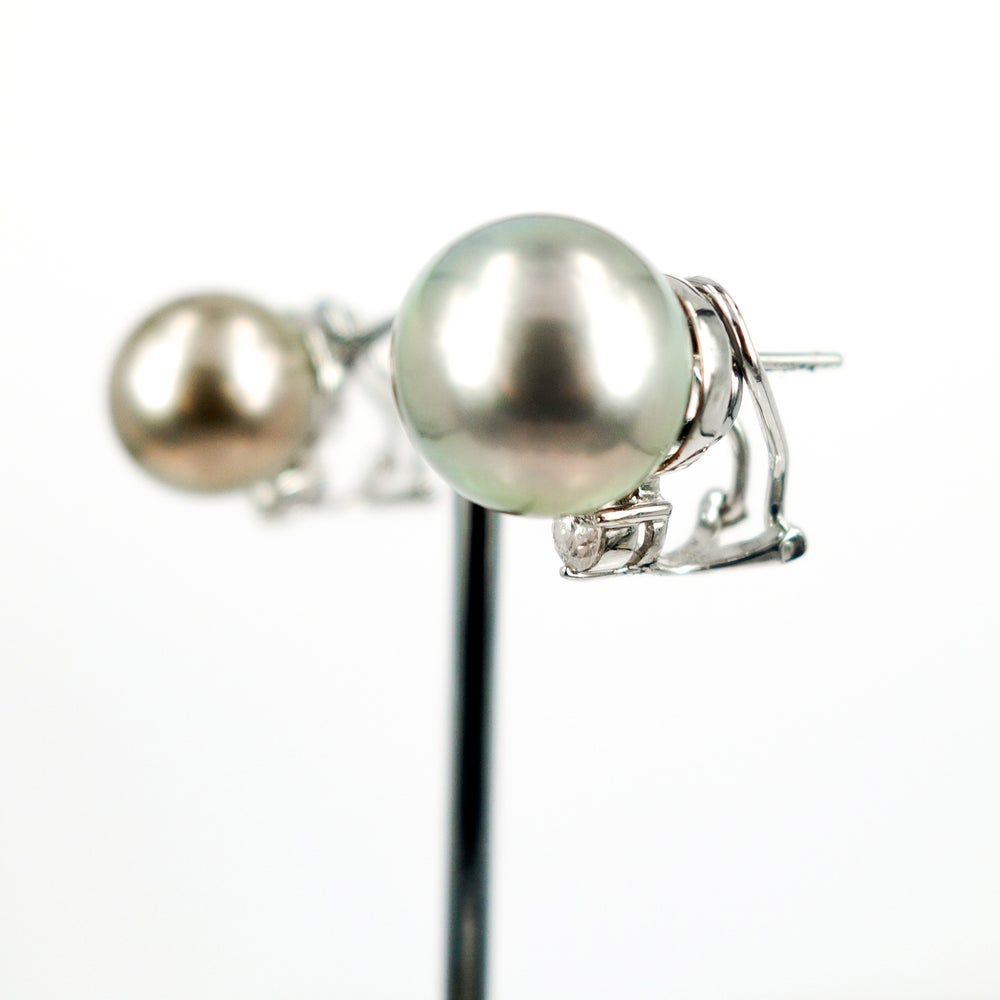 Image of Silver Tahitian and diamond stud earrings. Cp1048