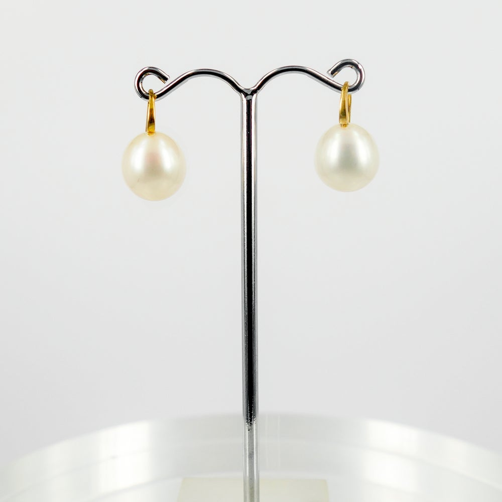 Image of Yellow gold buttery pearl drop earrings. E1775