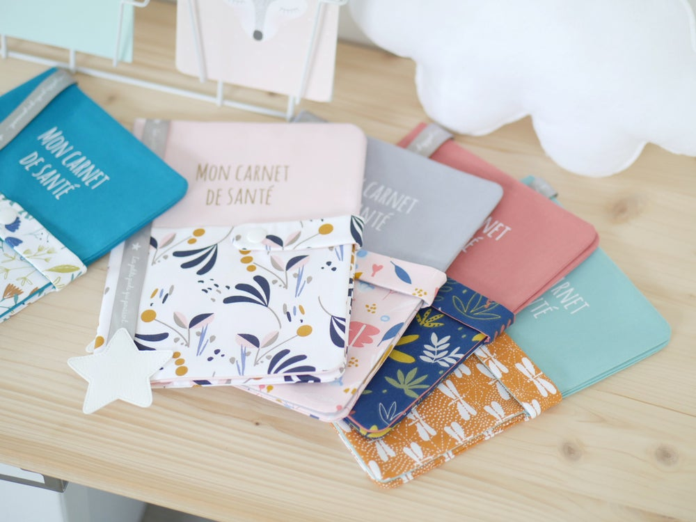 Image of Collection SWEET AUTUMN | Protège carnet de santé Gris lune et motif Birdy rose
