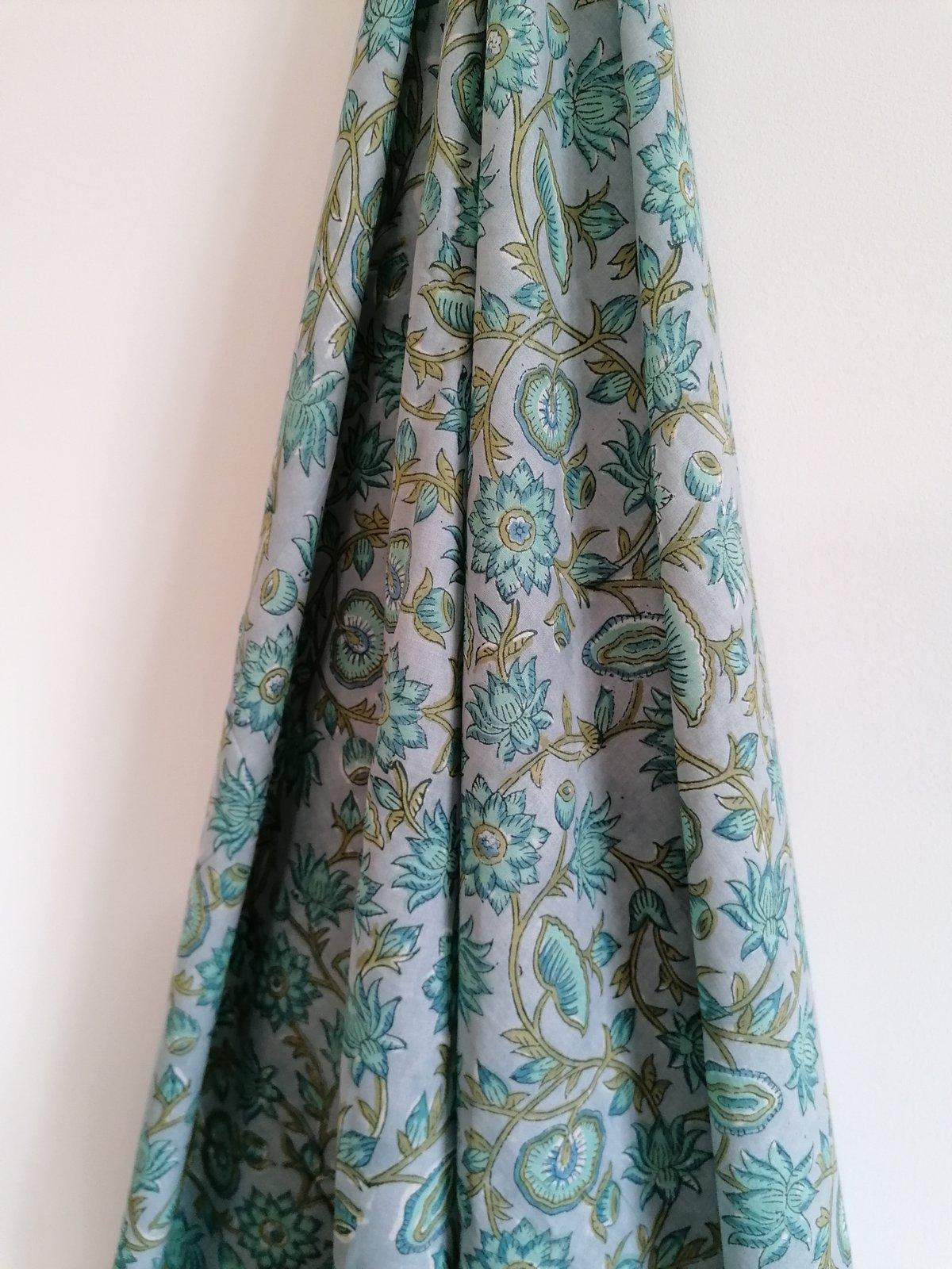 Image of Namasté fabric fond gris fleurs vertes bleutées