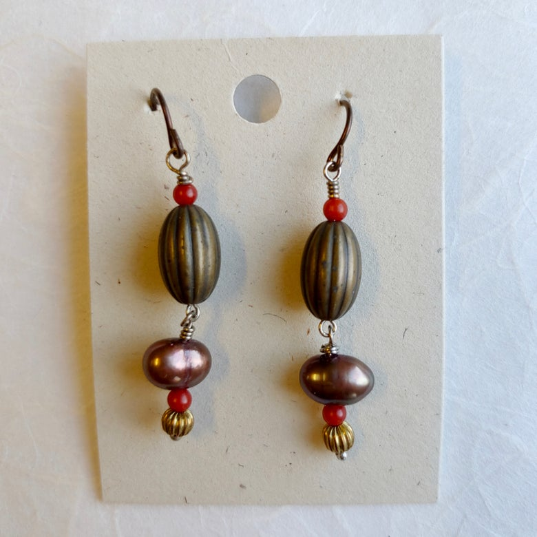 Image of Ribbed beads with pearl earrings