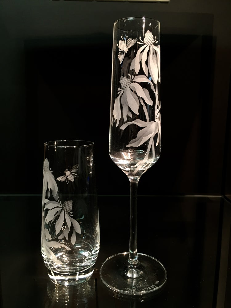 Image of Comparison of Champagne Flutes and Stemless Champagne Glasses