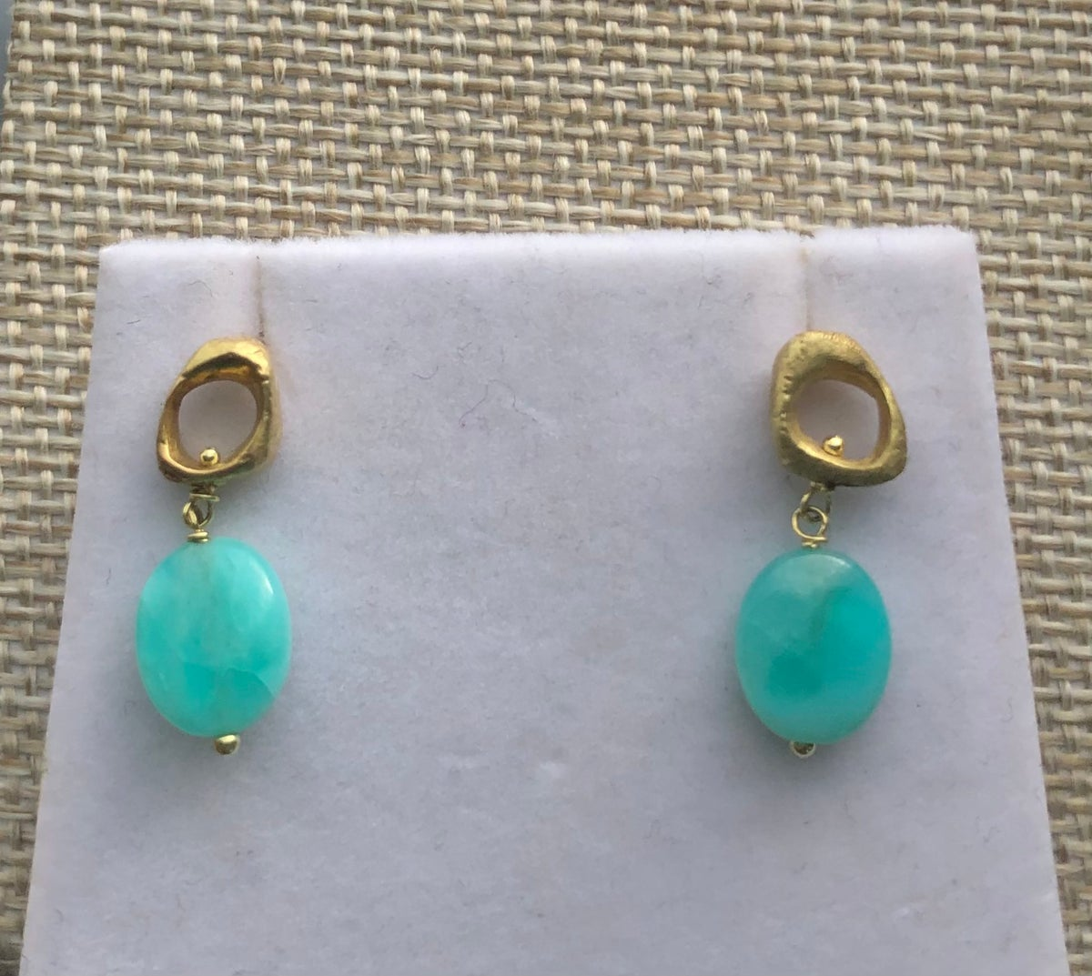 18k gold texture stud earrings with stone