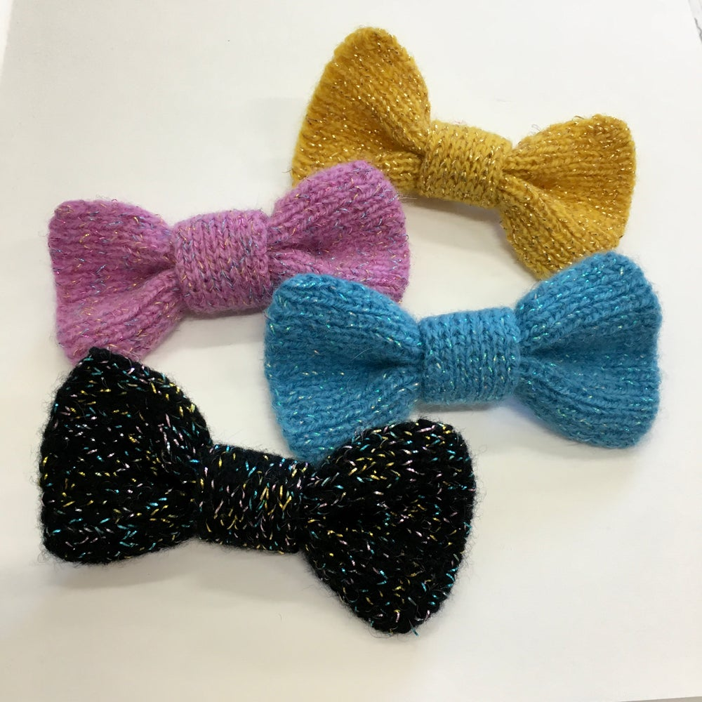 Image of Knitted bow brooch