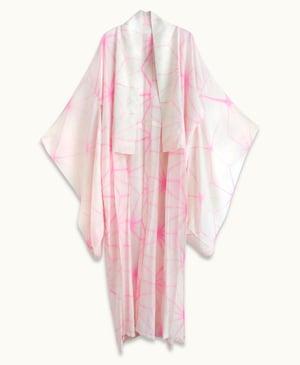 Image of Hvid/pink silke kimono med hulmønster og stjerner