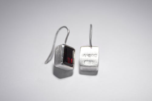 "Image of ""With love"" silver earrings with garnets · CUM AMORE ·"
