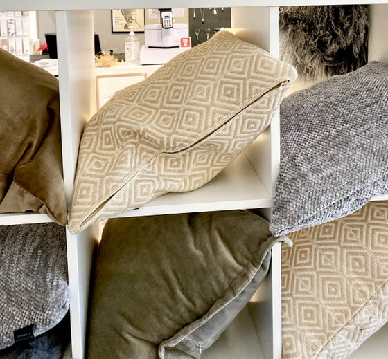 Image of GRAPHIC NATURAL LARGE CUSHION - WITH INNER