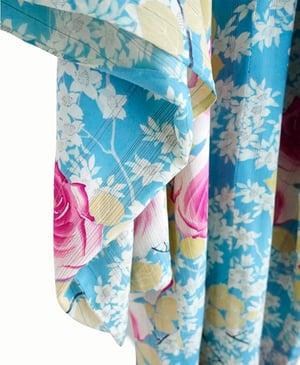 Image of Blå silke kimono med pink roser