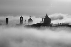 """Image of Stampa """"Bergamo Alta nella nebbia"""" di Simone Montanari"""