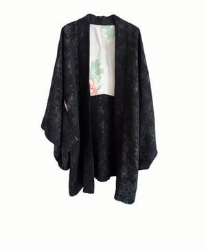 Image of NY: Kort kimono i sort silke med grønne Urushi blomster