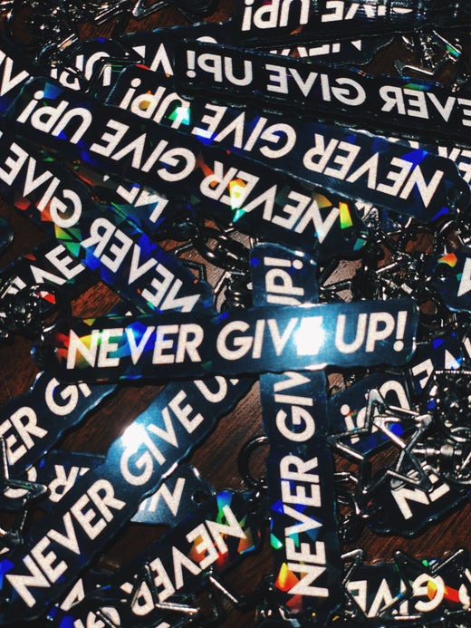 NEVER GIVE UP! - KEYCHAIN - BLACK EDITION