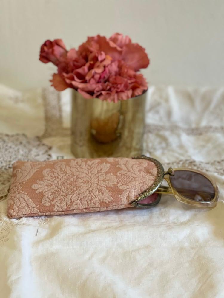 Image of Porta occhiali damascato rosa