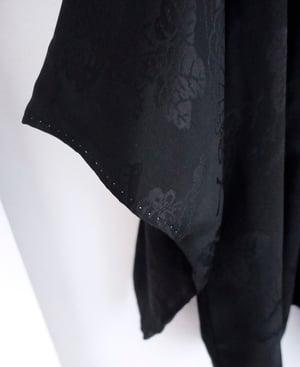 Image of NY: Sort kimonojakke med vævede vifter