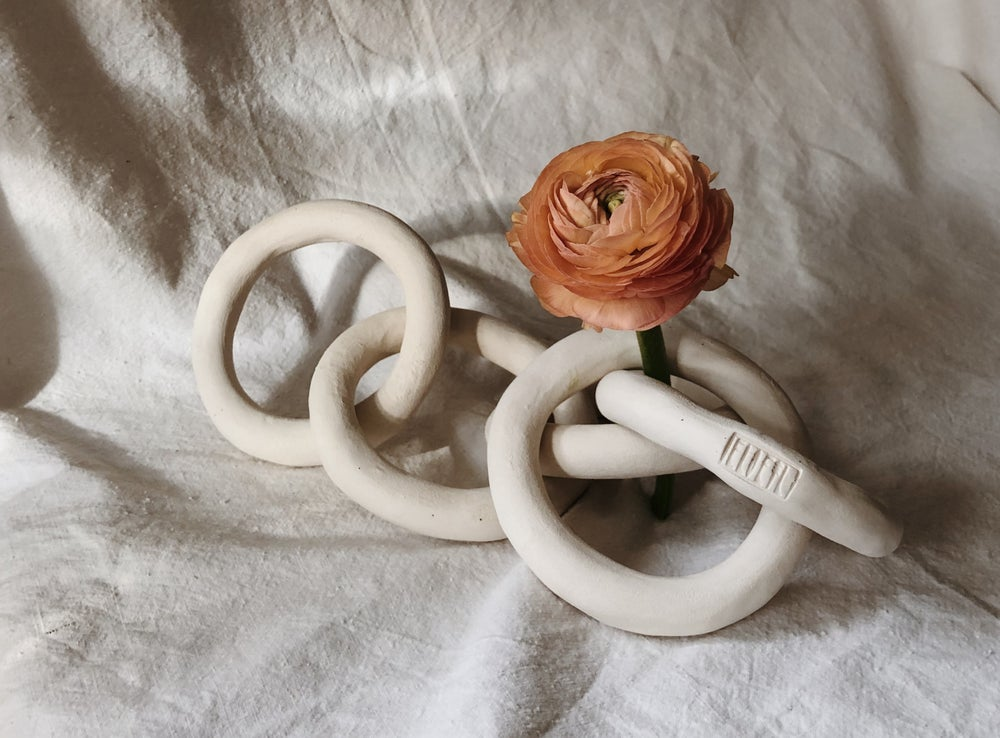 Image of white chain :: five links