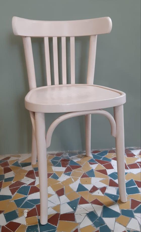 Image of Ancienne chaise bistrot revisitée en rose poudré