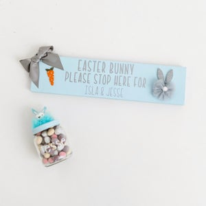 Image of Bunny stop here sign