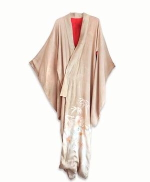 Image of Nougatfarvet silkekimono med liljer og bambusblade