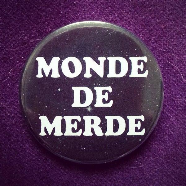 Image of badge la classe américaine - monde de merde