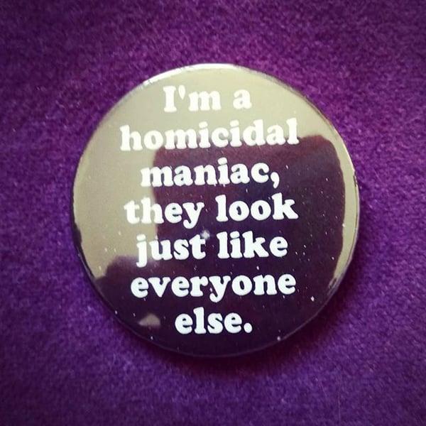 Image of badge la famille addams - the addams family - homicidal maniac