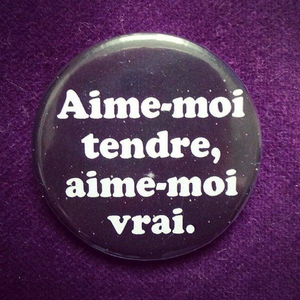 Image of badge la classe américaine - aime moi