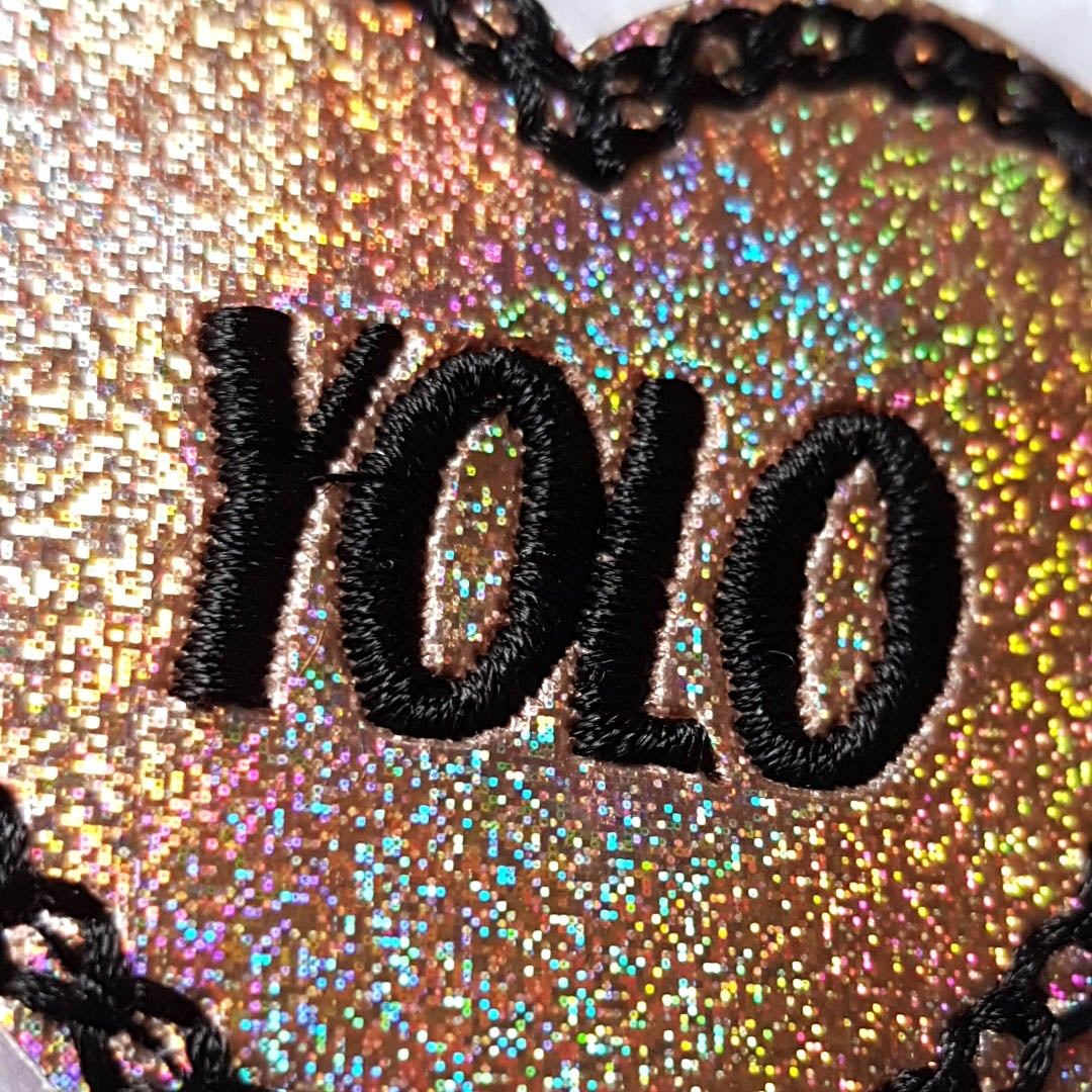 🔥 Broche brodée YOLO holographique or 🔥