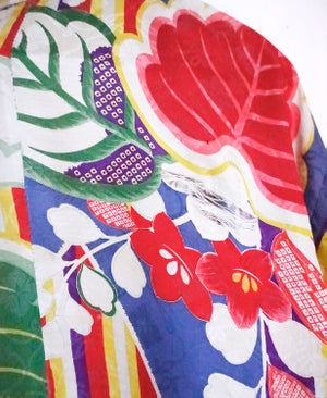 Image of Silke kimono kort blå med grafiske blomster og blade / 'Too fairy'