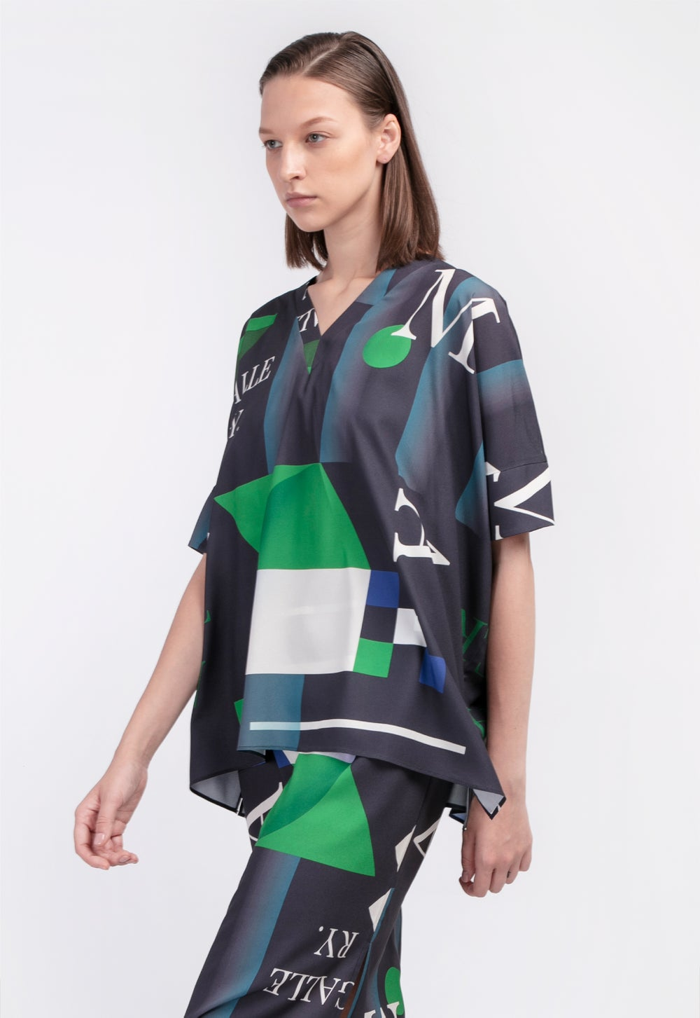 LOOSE FIT V NECK TOP with Pattern 'Moss' /  Black